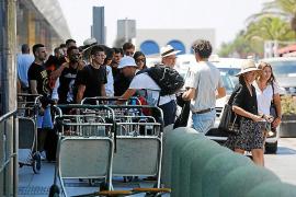 El cambio de quincena y mes en fin de semana llena el aeropuerto de Ibiza