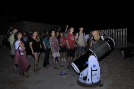 Medio centenar de personas acude a Cala d'Hort en la Nit dels Planetes