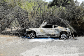 Arde un coche en Cala Jondal