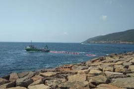 La barrera de contención tras el hundimiento de un barco en Santa Eulària se quita hoy