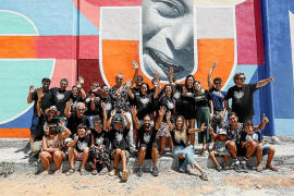 Los miembros de Aspanadif inauguran un mural junto a los grafiteros implicados en el proyecto