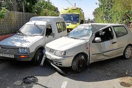 En estado grave una motorista tras colisionar con un vehículo que se había salido de la carretera