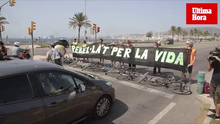 Extinction Rebellion Mallorca corta el Paseo Marítimo para pedir la declaración de emergencia climática