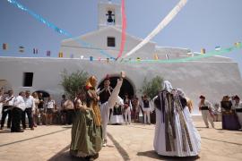 Sant Llorenç viste sus mejores galas para celebrar su día grande a pesar del calor