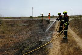 Sofocan dos incendios agrícolas, uno en la Mola de Formentera y otro en Sant Carles