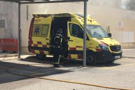 Una ambulancia se incendia en el aparcamiento de Can Misses