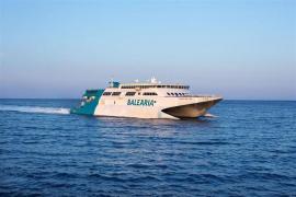 Un ferry de Baleària procedente de Ibiza encalla en el puerto de Dénia