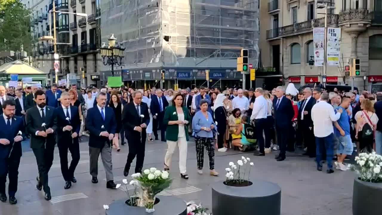 Barcelona homenajea a las víctimas del atentado con una ofrenda floral en La Rambla