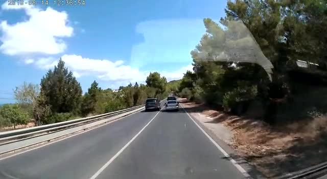 Vídeo | El peligroso adelantamiento de un conductor en Ibiza
