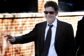 Charlie Sheen se declara inocente de agredir a su esposa