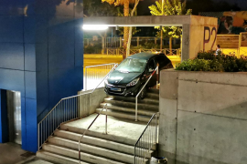 Confunde las escaleras con la entrada al parking de Can Misses