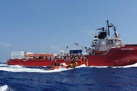 Los 365 migrantes a bordo del 'Ocean Viking' esperan un puerto para desembarcar