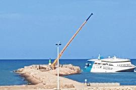 Baleària empieza a descargar los vehículos del interior del ferry encallado en Dénia