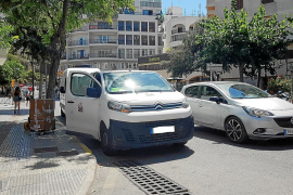 Mal aparcados y dificultando la visibilidad