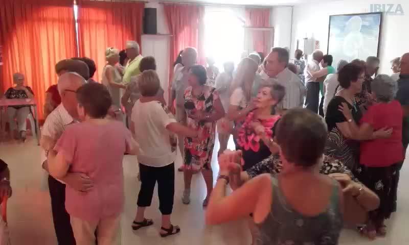 Música, baile, diversión, 'bunyols' y 'orelletes' para los mayores de Sant Antoni