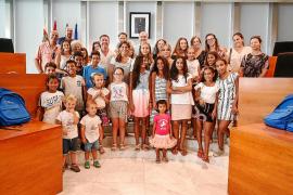 El Consell d'Eivissa recibe a los niños saharauis del programa 'Vacances en Pau'
