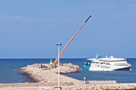 Descargan todos los coches del ferry encallado en el puerto de Dénia