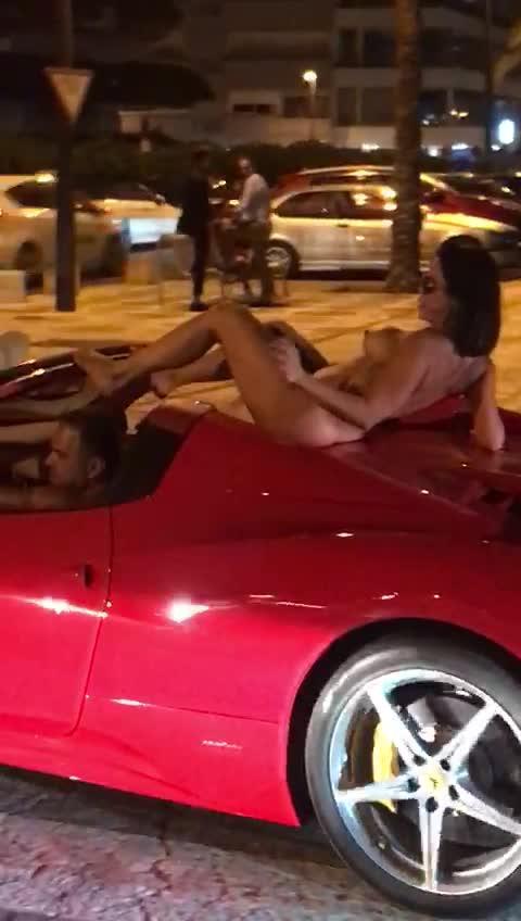 La defensa del conductor del Ferrari que circuló con una mujer desnuda alega que «no hay delito»