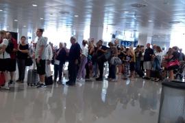 Colas en el control de pasaportes en el aeropuerto de Palma