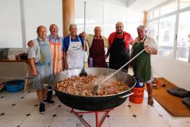 Espuma y paella popular, la combinación idónea para pasar el día en Platja d'en Bossa