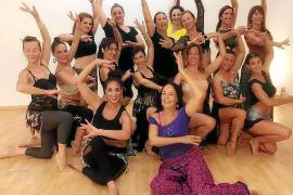 Aprendiendo el arte de la danza del vientre con las mejores del mundo