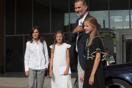Los Reyes, junto a su hijas, visitan al rey Juan Carlos
