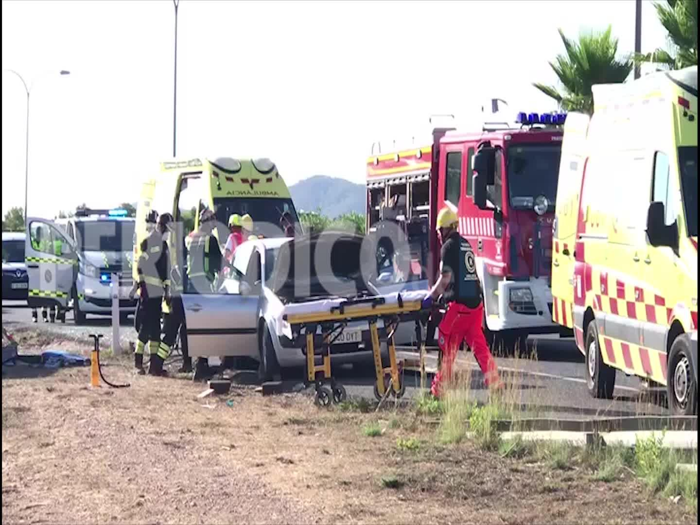 Dos heridos al embestir una camioneta el radar móvil de la Guardia Civil en Ibiza