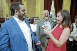 Vicenç Vidal con Francina Armengol y Miquel Ensenyat