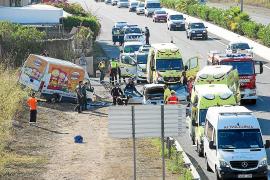 Dos heridos al embestir una camioneta contra el radar móvil de la Guardia Civil
