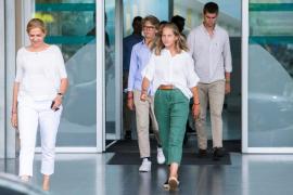 La infanta Cristina y tres de sus hijos acuden al hospital a visitar al rey