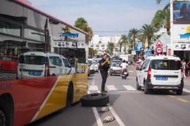 Un bus de línea pierde una rueda y hiere a un transeúnte en Platja d'en Bossa