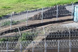 Un centenar de migrantes subsaharianos entran en Ceuta en un asalto masivo