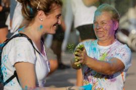 La Platja de s'Arenal de Sant Antoni se llena de color con el Holi Festival, en imágenes. Fotos: Arguiñe Escandón