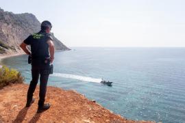 Los migrantes detenidos en Ibiza ascienden a 63, tres de ellos menores