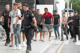 Los 60 inmigrantes llegados a Ibiza en patera serán trasladados hoy a CIEs de la Península