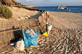 Amics de la Terra exige la limpieza de la playa de ses Salines