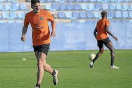 Alfaro: «Mendoza es un delantero con unas características diferentes»