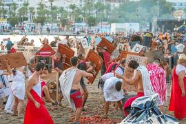 Cartagineses y romanos, a tomatazos sobre la arena en la bahía de Sant Antoni