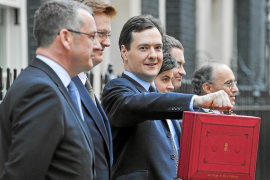 El nuevo presupuesto británico baja los impuestos a empresas y rentas altas