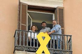 Lazo amarillo en el balcón de Més en el Parlament