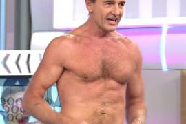 Alessandro Lequio se desnuda para retar a Hugo Castejón