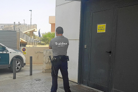 Piden 4 años y medio de cárcel para un hombre que robó un bolso y arrastró a su dueña en Ibiza