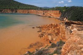 Sant Josep reabre al baño la playa de Es Bol Nou cerrada por desprendimientos