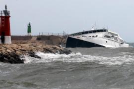 El temporal daña el ferry encallado en la bocana del puerto de Denia