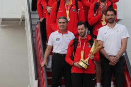 La selección española de baloncesto a su llegada a Barajas.