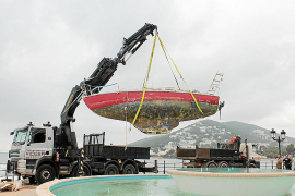 El Ayuntamiento de Santa Eulària retira el barco que encalló en las rocas del Paseo Marítimo