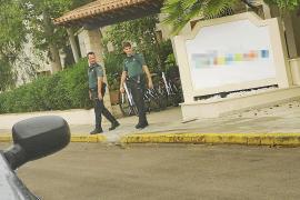 Agentes de la Guardia Civil, saliendo del hotel una vez interceptado el falso socorrista