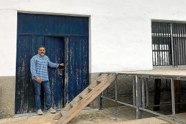 El alcalde Antoni Bennassar, ante las puertas del salón parroquial, que ahora es municipal