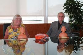 El Consell distingue a dos turistas que llevan más de 40 años visitando la isla de Ibiza