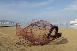 Sant Antoni instala un pez 'come plásticos' para concienciar sobre la recogida de envases